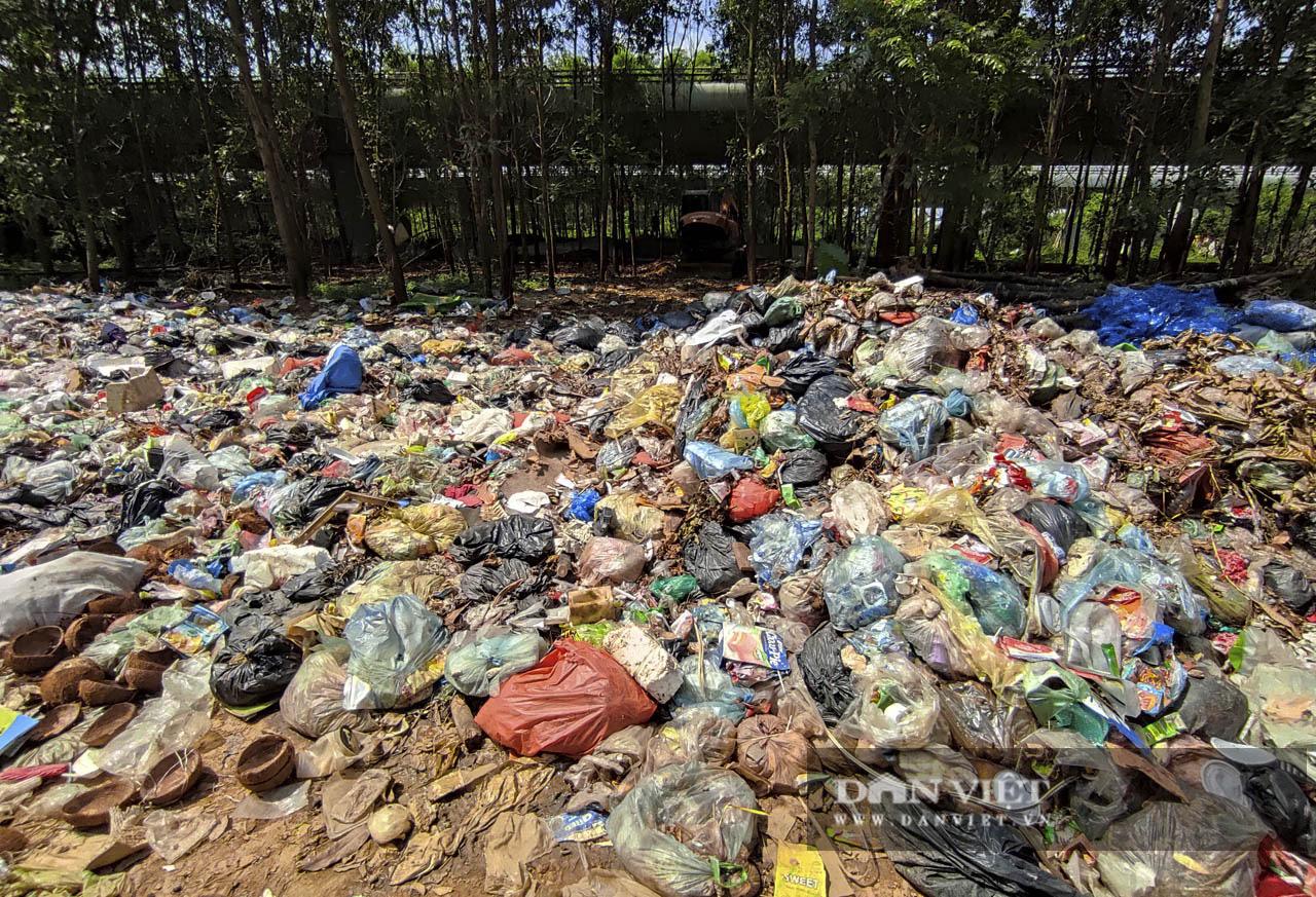 """Hà Nội: """"Bãi rác"""" ngồn ngộn bốc mùi hôi thối ở chân cầu cao tốc Láng-Hòa Lạc - Ảnh 10."""