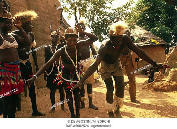 """Châu Phi: Bộ tộc Somba gây kinh ngạc với thủ thuật tăng kích thước """"của quý"""" - Ảnh 1."""