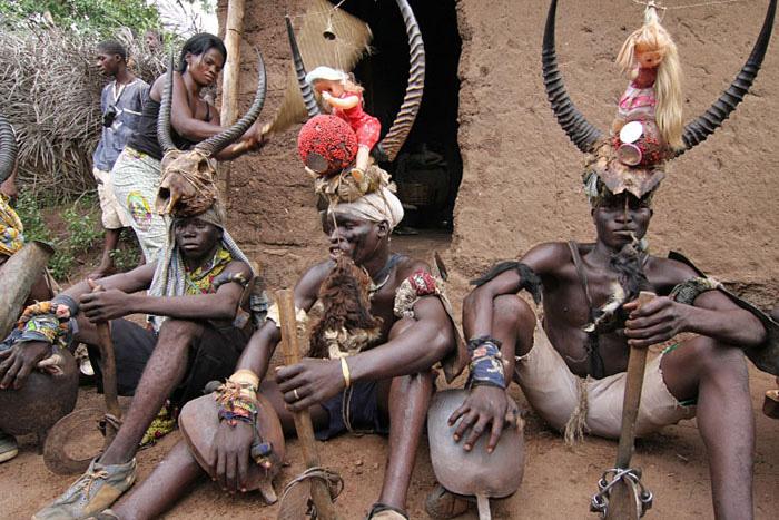 """Châu Phi: Bộ tộc Somba gây kinh ngạc với thủ thuật tăng kích thước """"của quý"""" - Ảnh 4."""