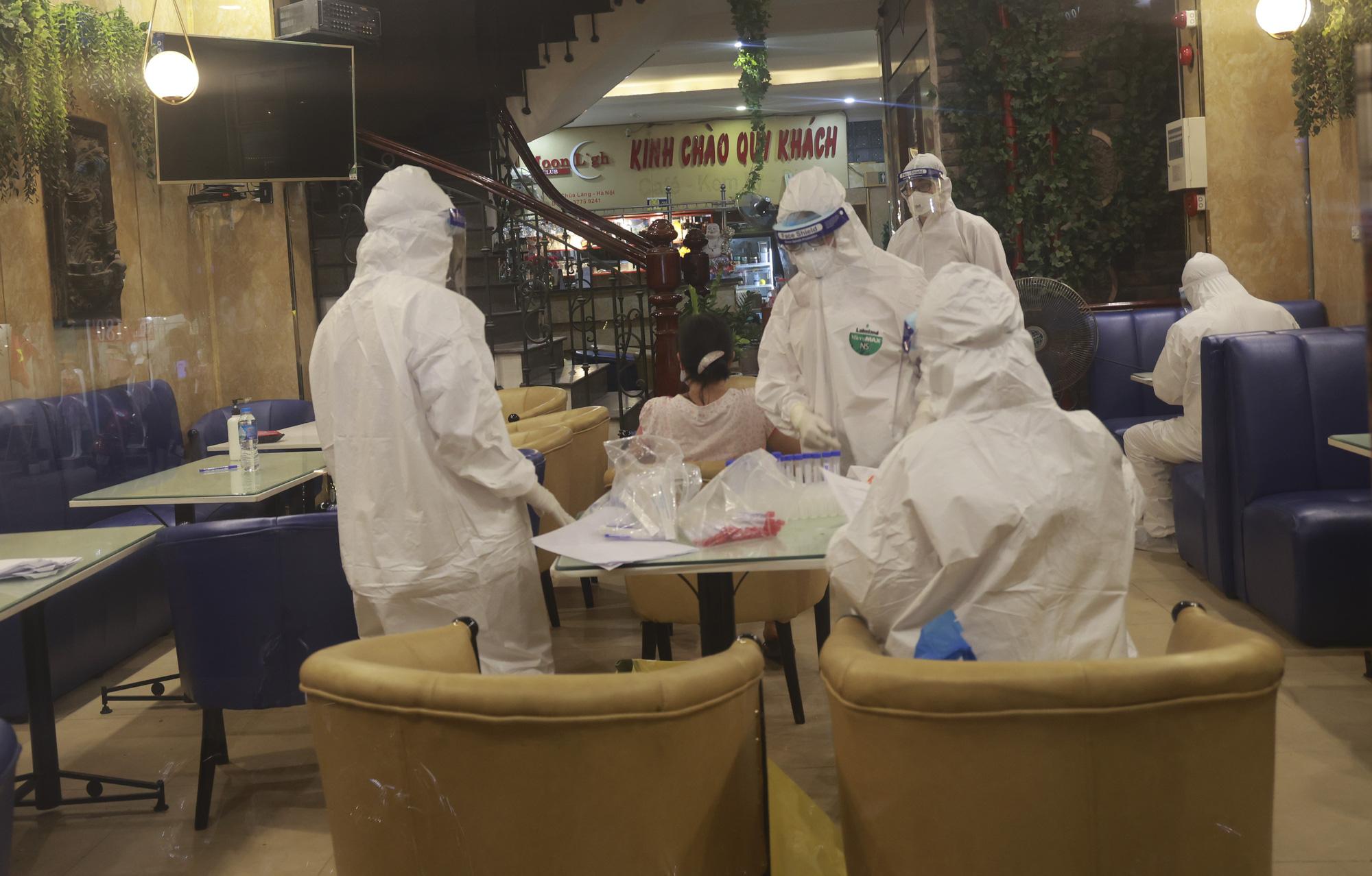 Hà Nội: Đang tiến hành test nhanh COVID-19, phun khử khuẩn quán karaoke nơi nam bác sĩ dương tính với SARS-CoV-2 từng đến - Ảnh 3.