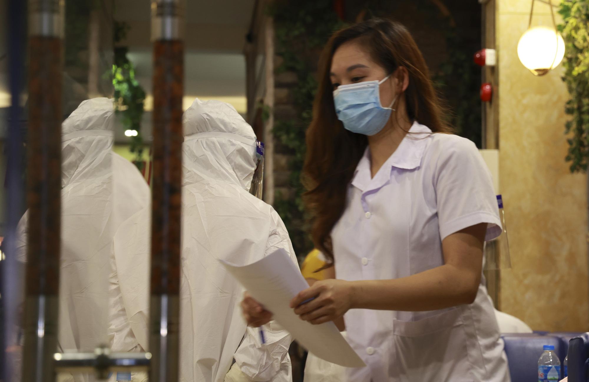 Hà Nội: Đang tiến hành test nhanh COVID-19, phun khử khuẩn quán karaoke nơi nam bác sĩ dương tính với SARS-CoV-2 từng đến - Ảnh 7.