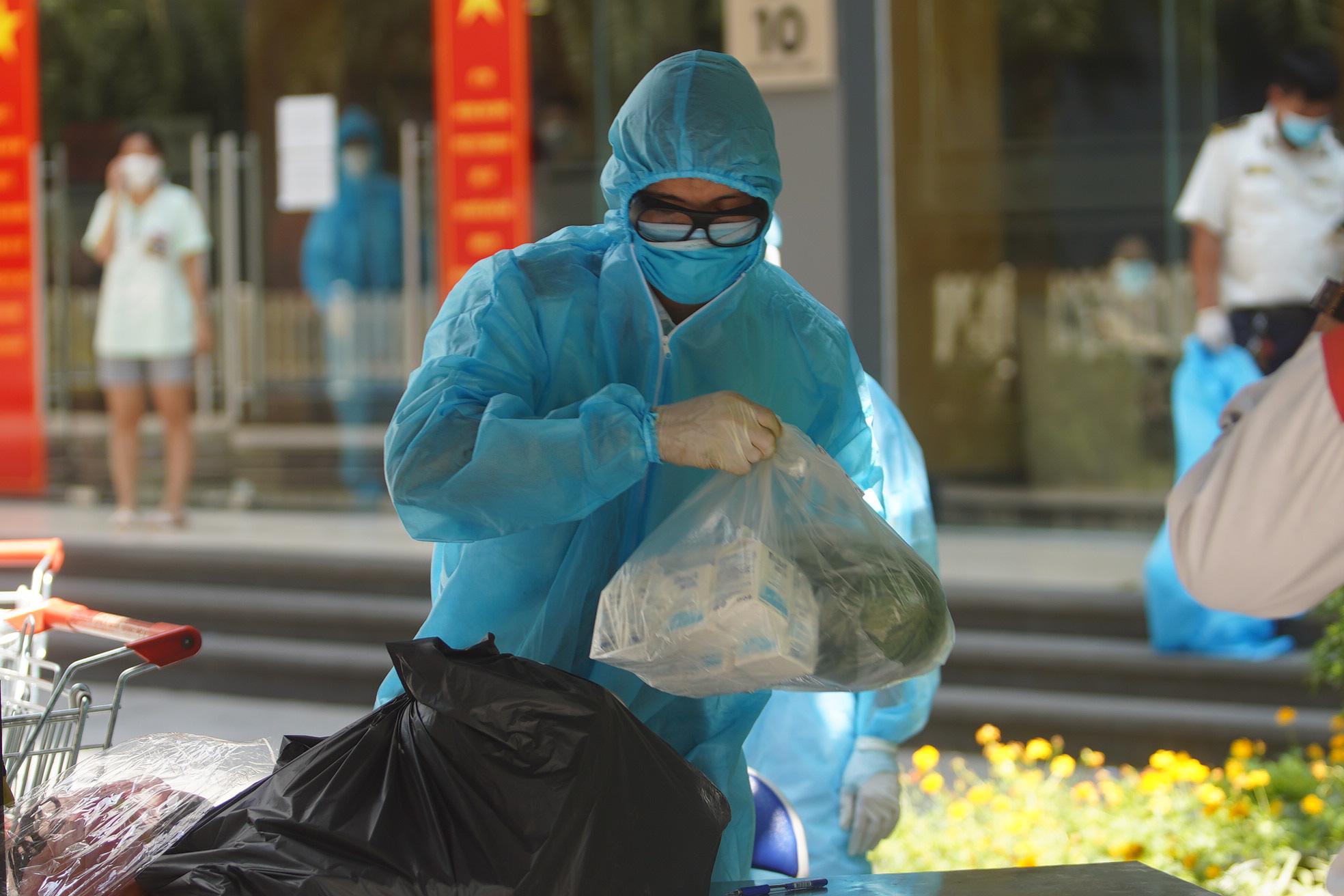 Phong tỏa, tiếp tế đồ ăn chung cư ở Times City có chuyên gia Ấn Độ dương tính với SARS-CoV-2 - Ảnh 7.