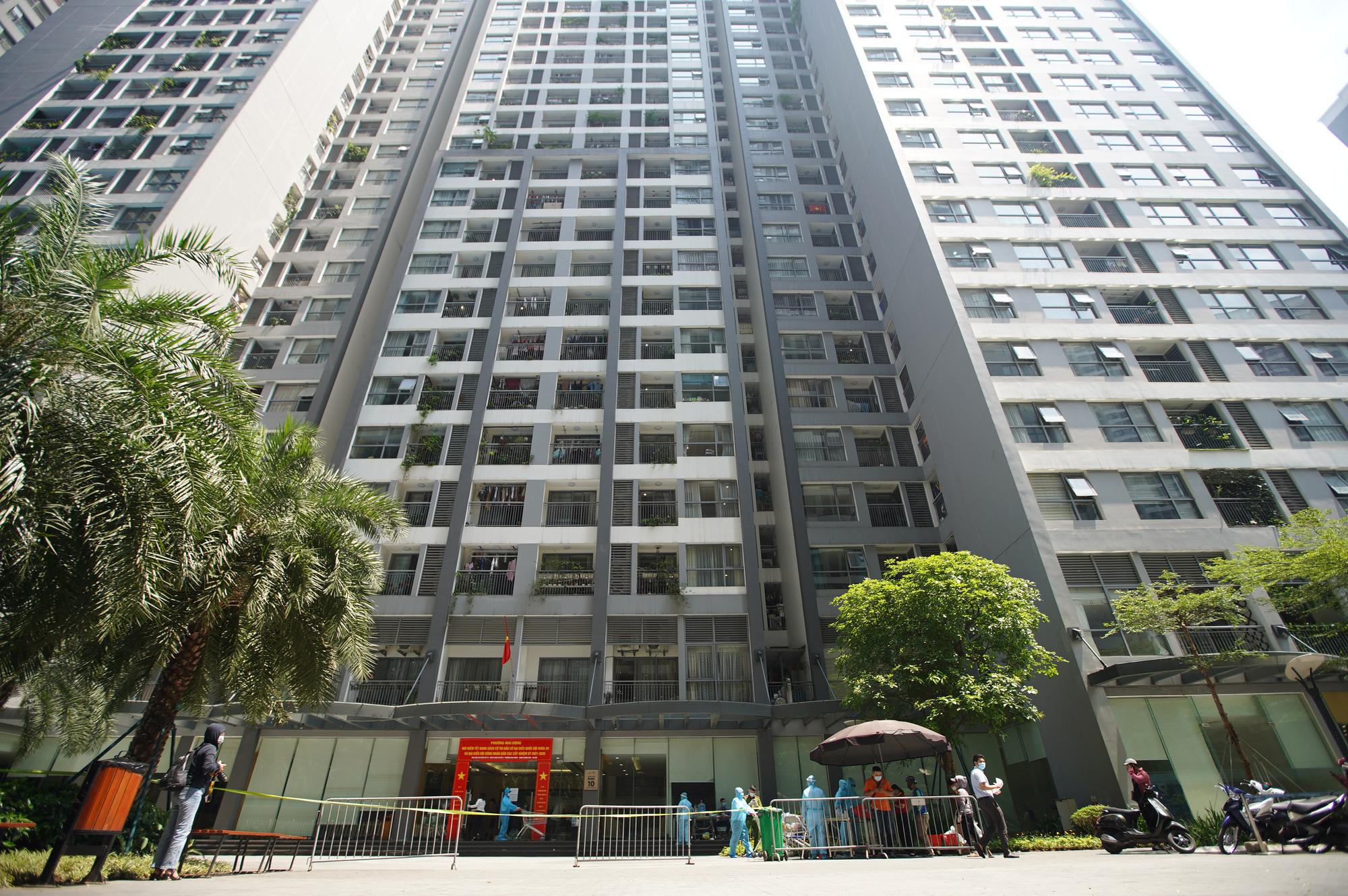 Phong tỏa, tiếp tế đồ ăn chung cư ở Times City có chuyên gia Ấn Độ dương tính với SARS-CoV-2 - Ảnh 1.
