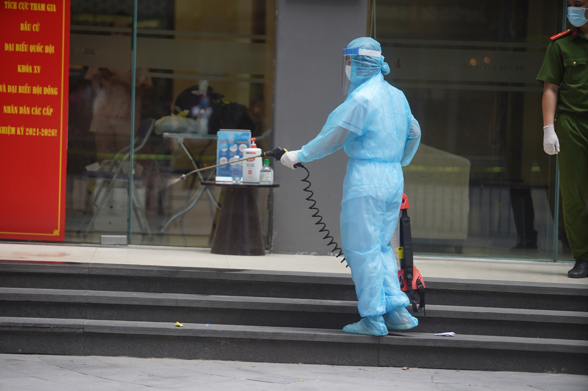 Phong tỏa, tiếp tế đồ ăn chung cư ở Times City có chuyên gia Ấn Độ dương tính với SARS-CoV-2 - Ảnh 2.