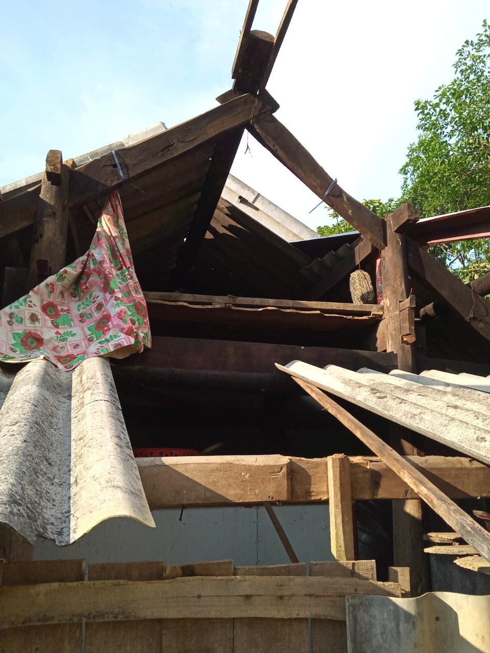 Hà Tĩnh: Lốc xoáy quét qua, hàng trăm ngôi nhà tốc mái, hoa màu hư hỏng nặng, thiệt hại hàng tỷ đồng - Ảnh 2.