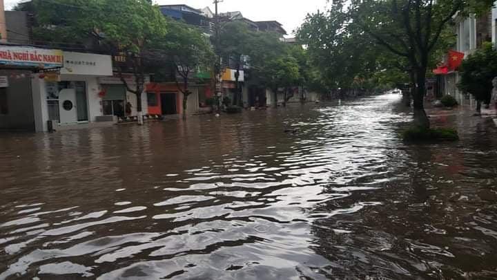 Thái Nguyên: Sau mưa lớn, đường phố biến thành sông - Ảnh 1.