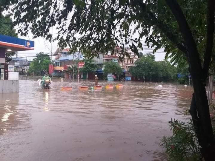 Thái Nguyên: Sau mưa lớn, đường phố biến thành sông - Ảnh 2.