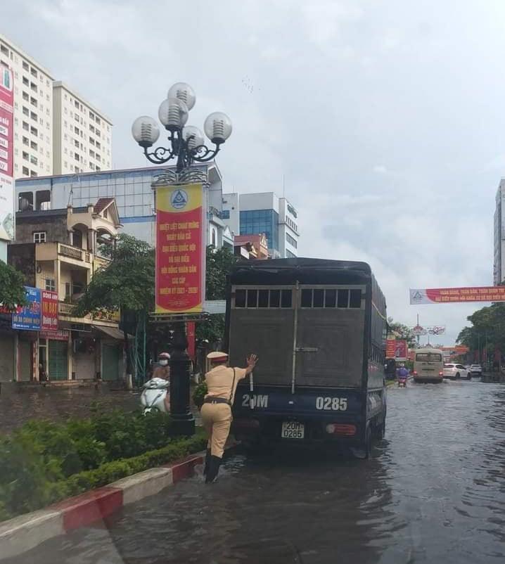 Thái Nguyên: Sau mưa lớn, đường phố biến thành sông - Ảnh 3.