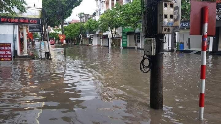 Thái Nguyên: Sau mưa lớn, đường phố biến thành sông - Ảnh 4.