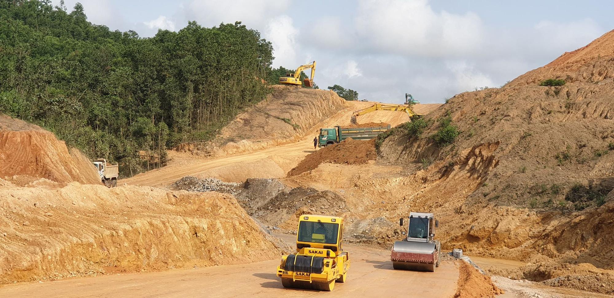 Cao tốc Cam Lộ - La Sơn đạt 40% tiến độ, có dấu hiệu chậm - Ảnh 1.