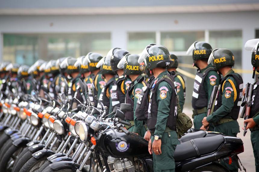 Đơn vị đặc biệt của Campuchia mang súng trường ra quân chống dịch - Ảnh 3.