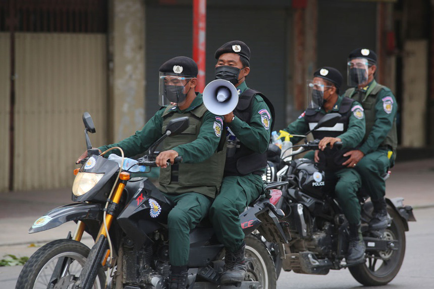 Đơn vị đặc biệt của Campuchia mang súng trường ra quân chống dịch - Ảnh 4.