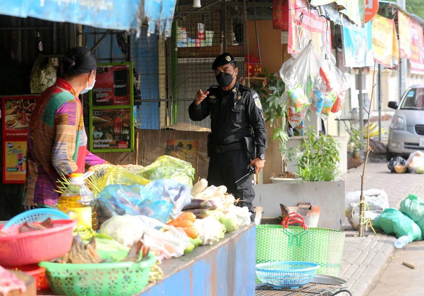 Đơn vị đặc biệt của Campuchia mang súng trường ra quân chống dịch - Ảnh 5.