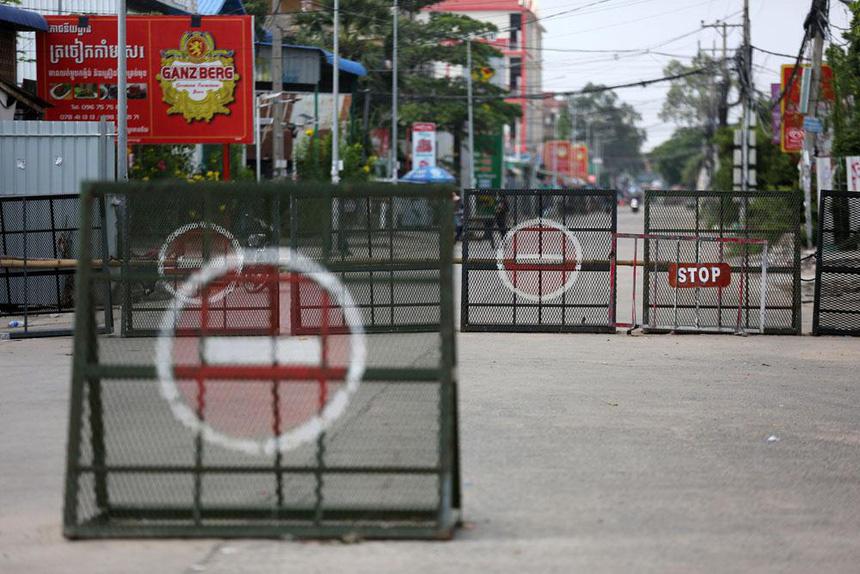 Đơn vị đặc biệt của Campuchia mang súng trường ra quân chống dịch - Ảnh 8.