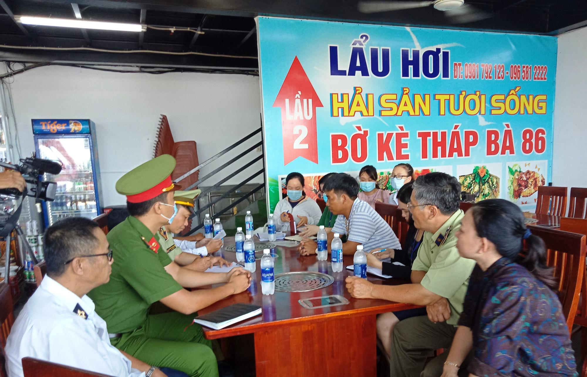 Bán giá tôm hùm 3,5 triệu đồng/kg, một nhà hàng tại Nha Trang bị phạt - Ảnh 2.