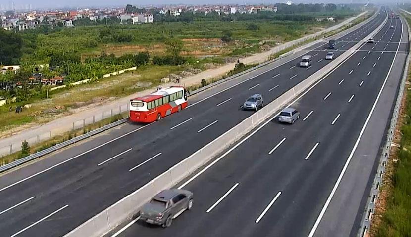 Thủ tướng yêu cầu hoàn thiện tờ trình để trình Bộ Chính trị chủ trương triển khai mục tiêu 5.000km đường cao tốc - Ảnh 1.
