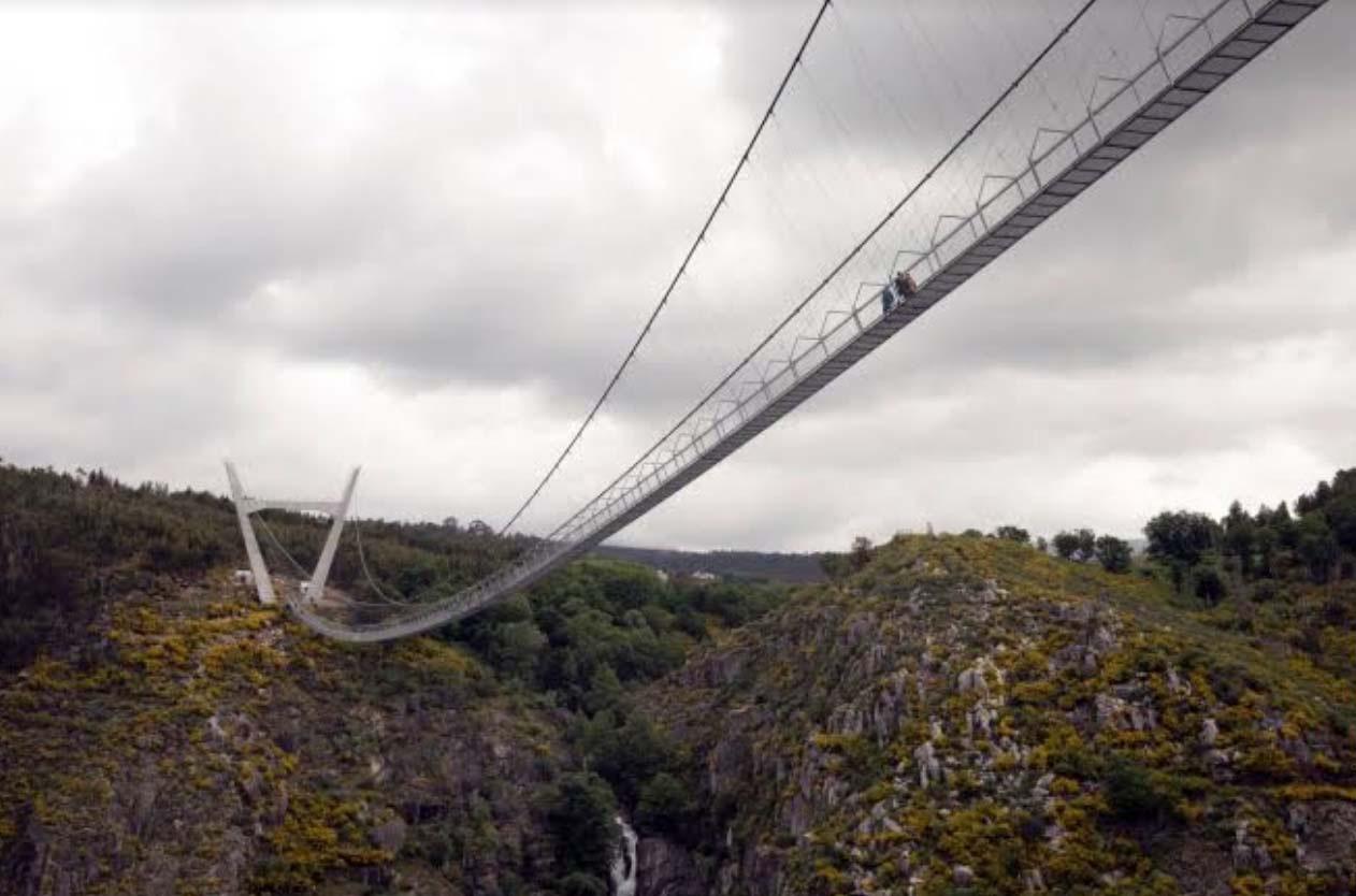 Bồ Đào Nha: Bất chấp dịch du khách vẫn đến tham quan cây cầu treo dài nhất thế giới - Ảnh 7.