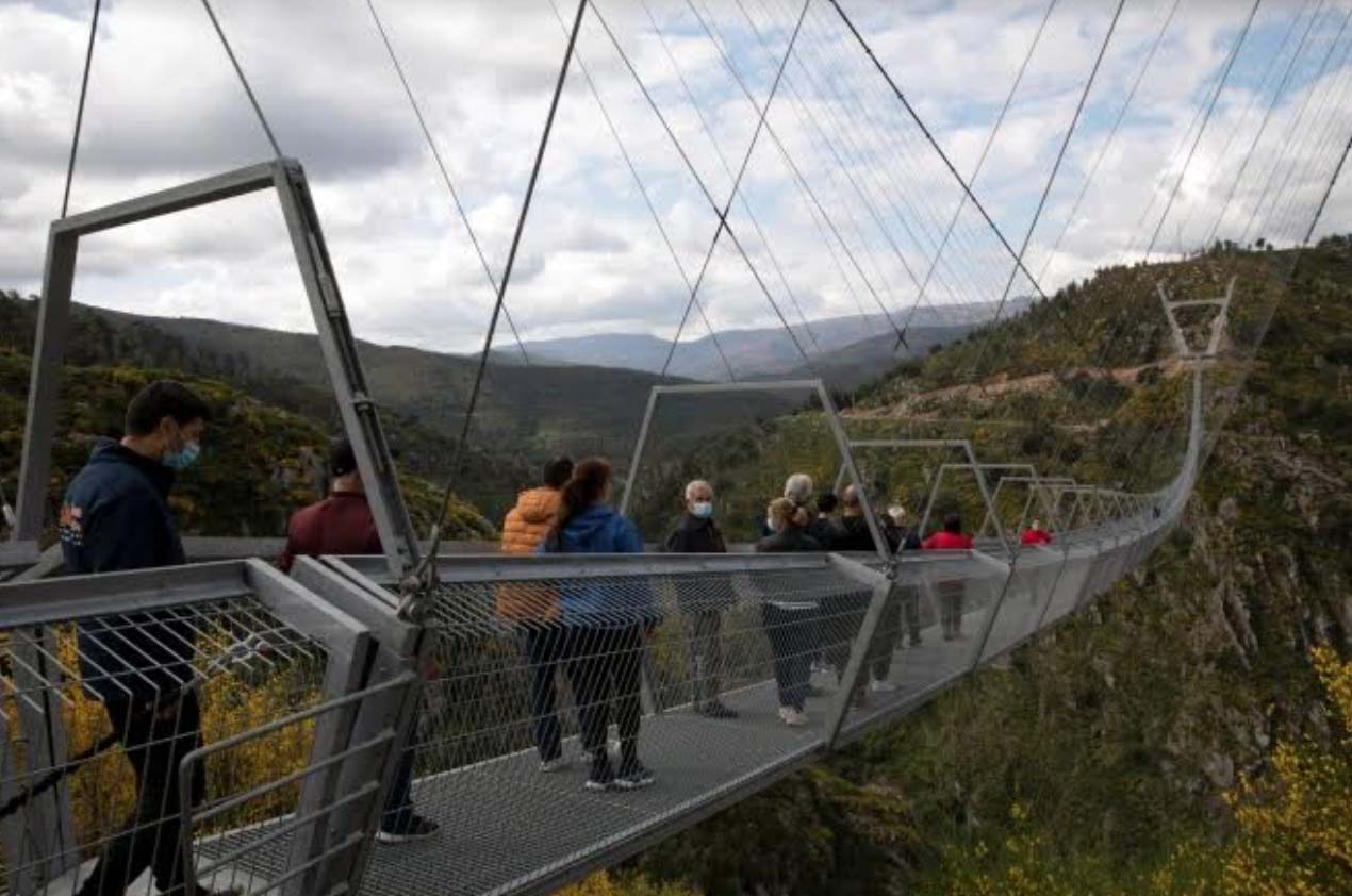 Bồ Đào Nha: Bất chấp dịch du khách vẫn đến tham quan cây cầu treo dài nhất thế giới - Ảnh 5.