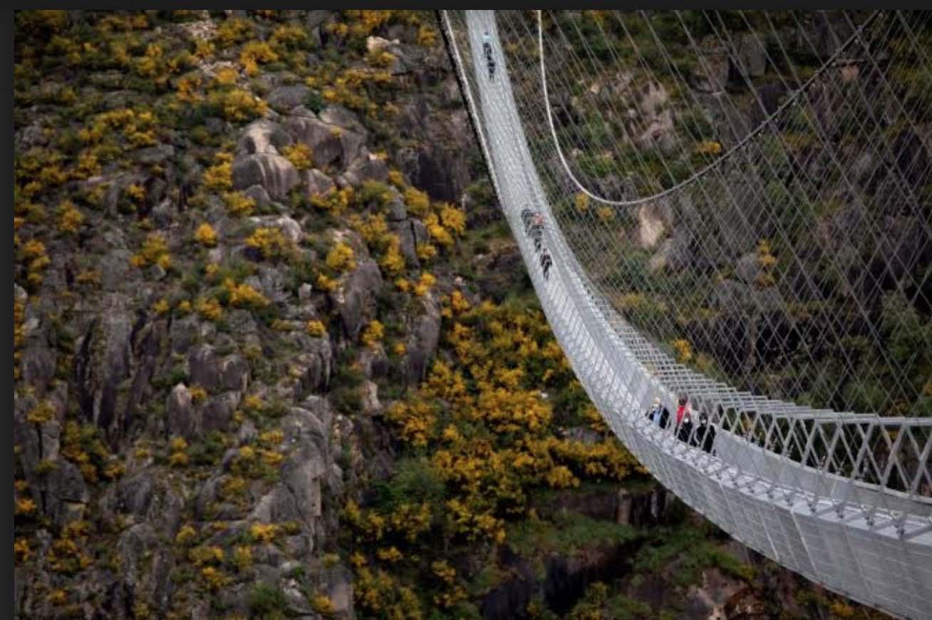 Bồ Đào Nha: Bất chấp dịch du khách vẫn đến tham quan cây cầu treo dài nhất thế giới - Ảnh 2.
