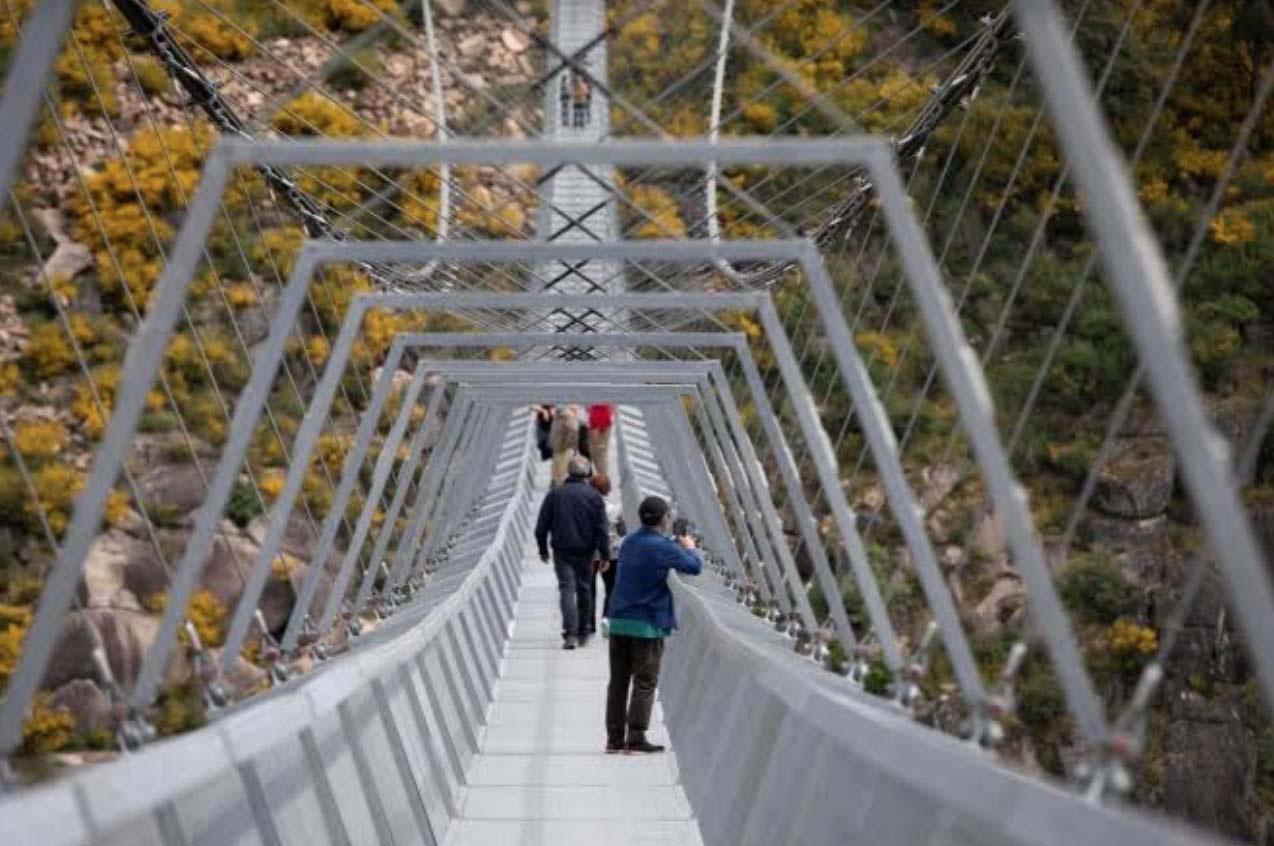 Bồ Đào Nha: Bất chấp dịch du khách vẫn đến tham quan cây cầu treo dài nhất thế giới - Ảnh 1.