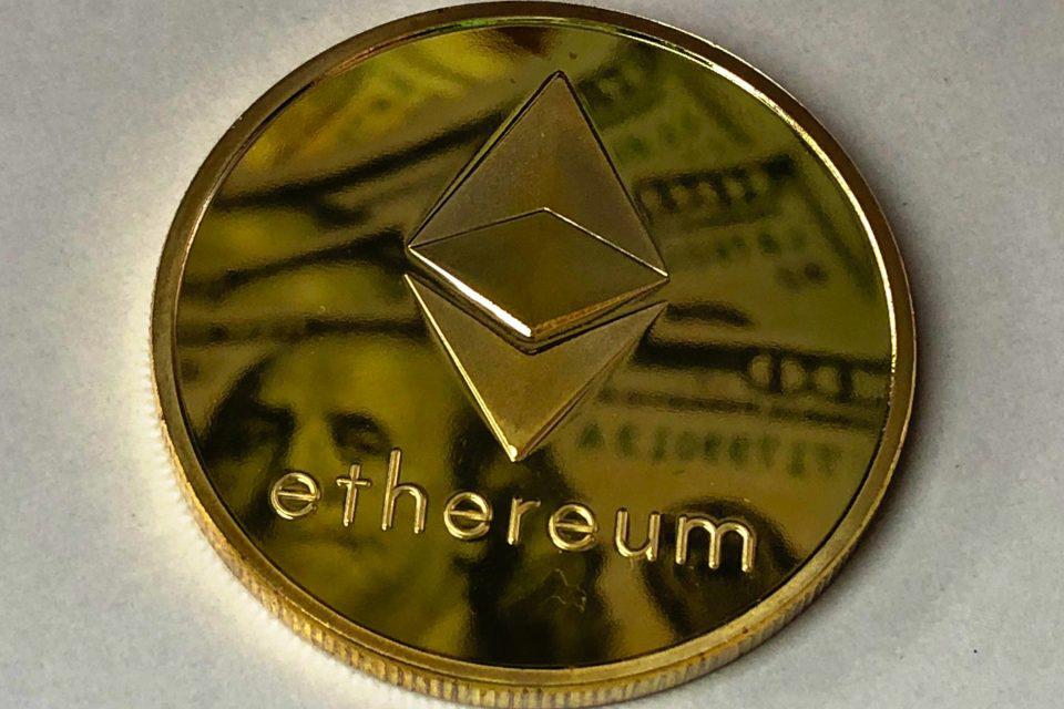 Vì sao giá ether tăng chóng mặt trong khi bitcoin giảm sâu? - Ảnh 1.