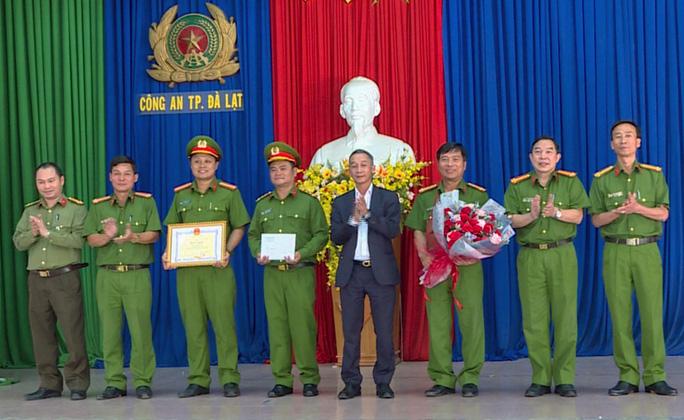 """Chủ tịch tỉnh khen thưởng Công an TP.Đà Lạt bắt nhóm """"nữ quái"""" móc túi - Ảnh 1."""