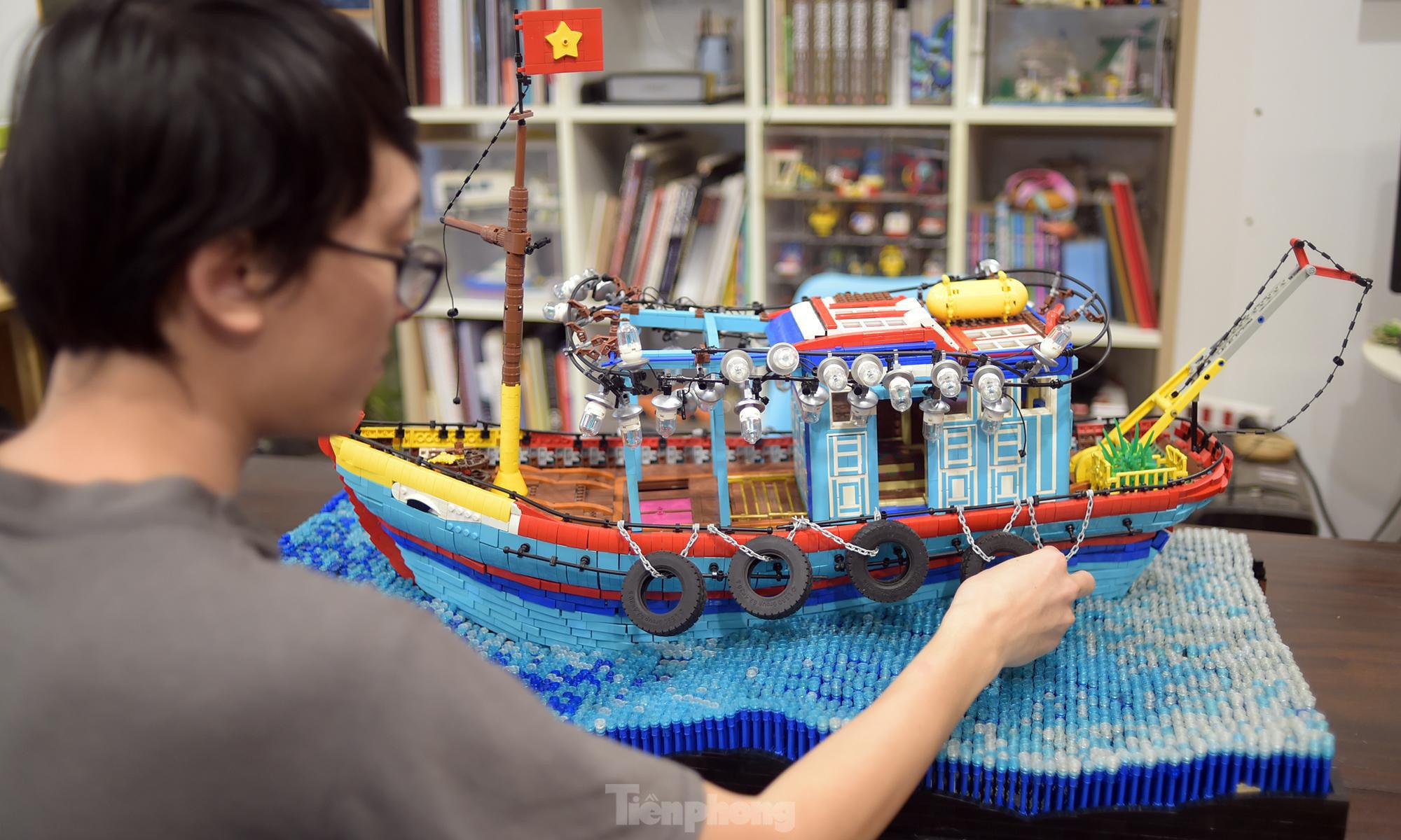 """Chàng trai Việt """"đóng"""" tàu Hoàng Sa, Trường Sa từ mô hình Lego, tri ân ngư dân bám biển - Ảnh 4."""