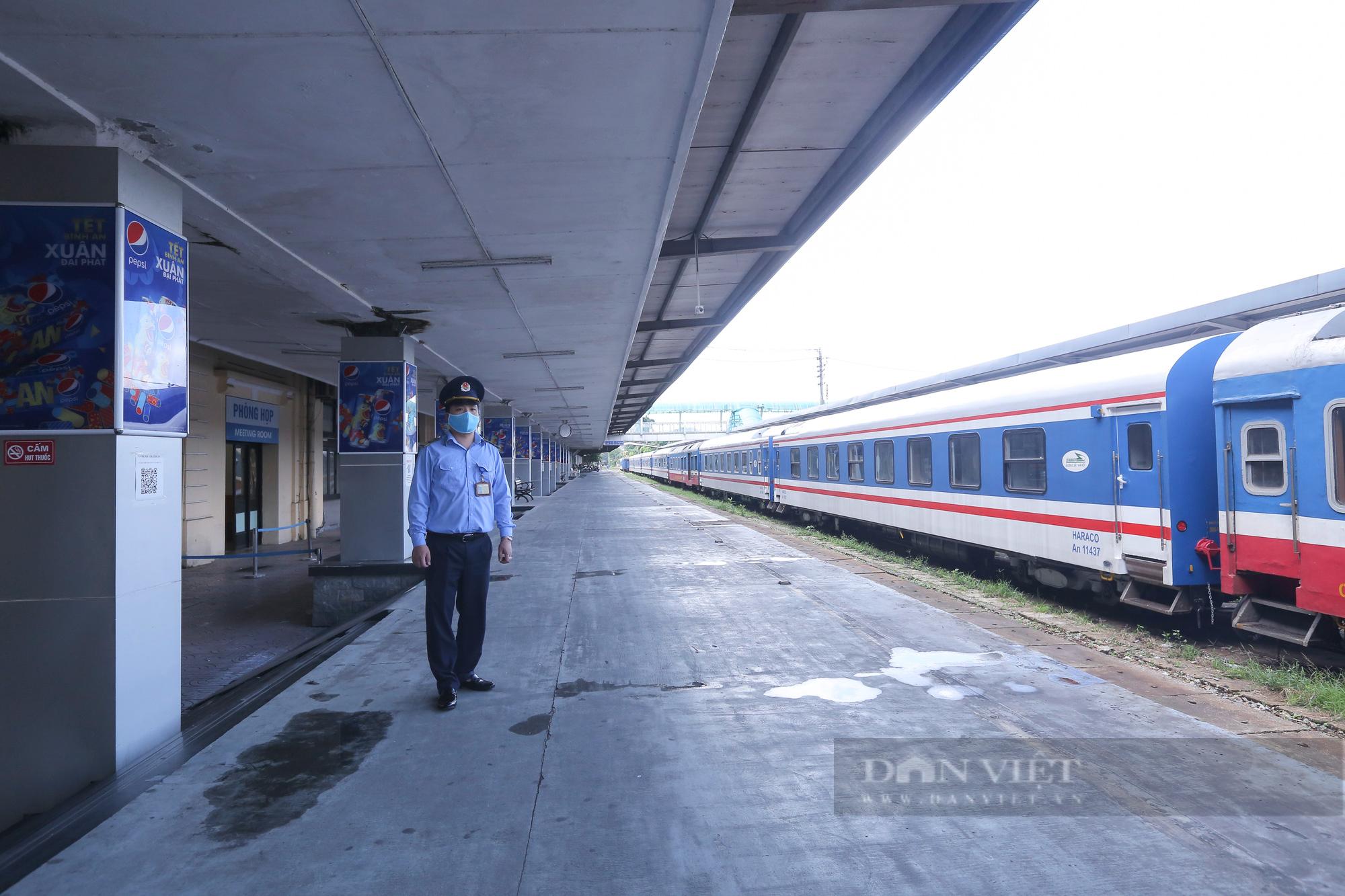 Ga Hà Nội vắng vẻ ngày đầu bán lại vé tàu hỏa - Ảnh 1.