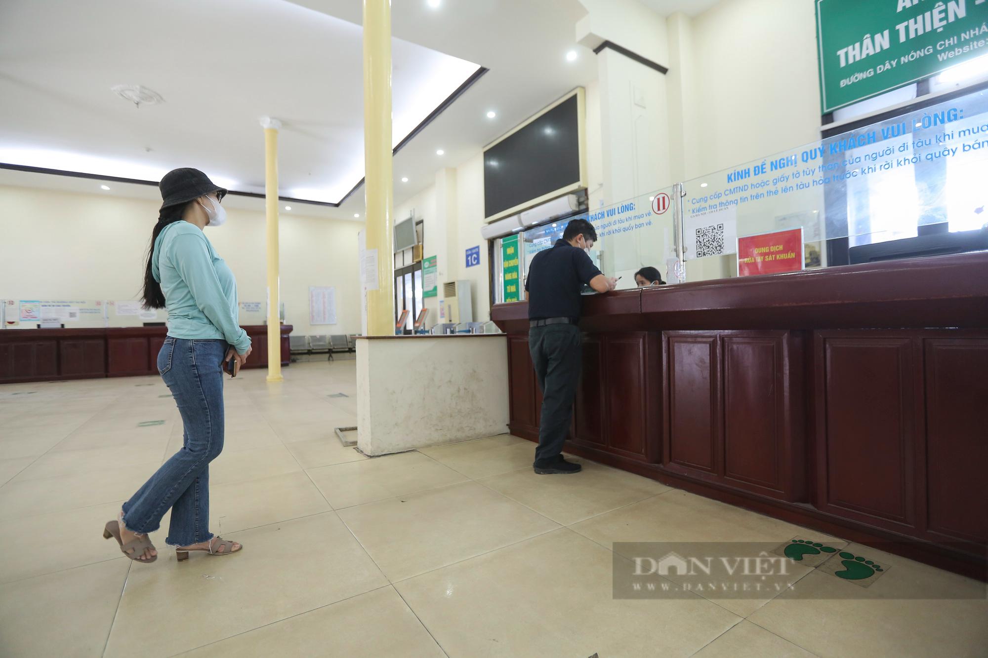 Ga Hà Nội vắng vẻ ngày đầu bán lại vé tàu hỏa - Ảnh 2.