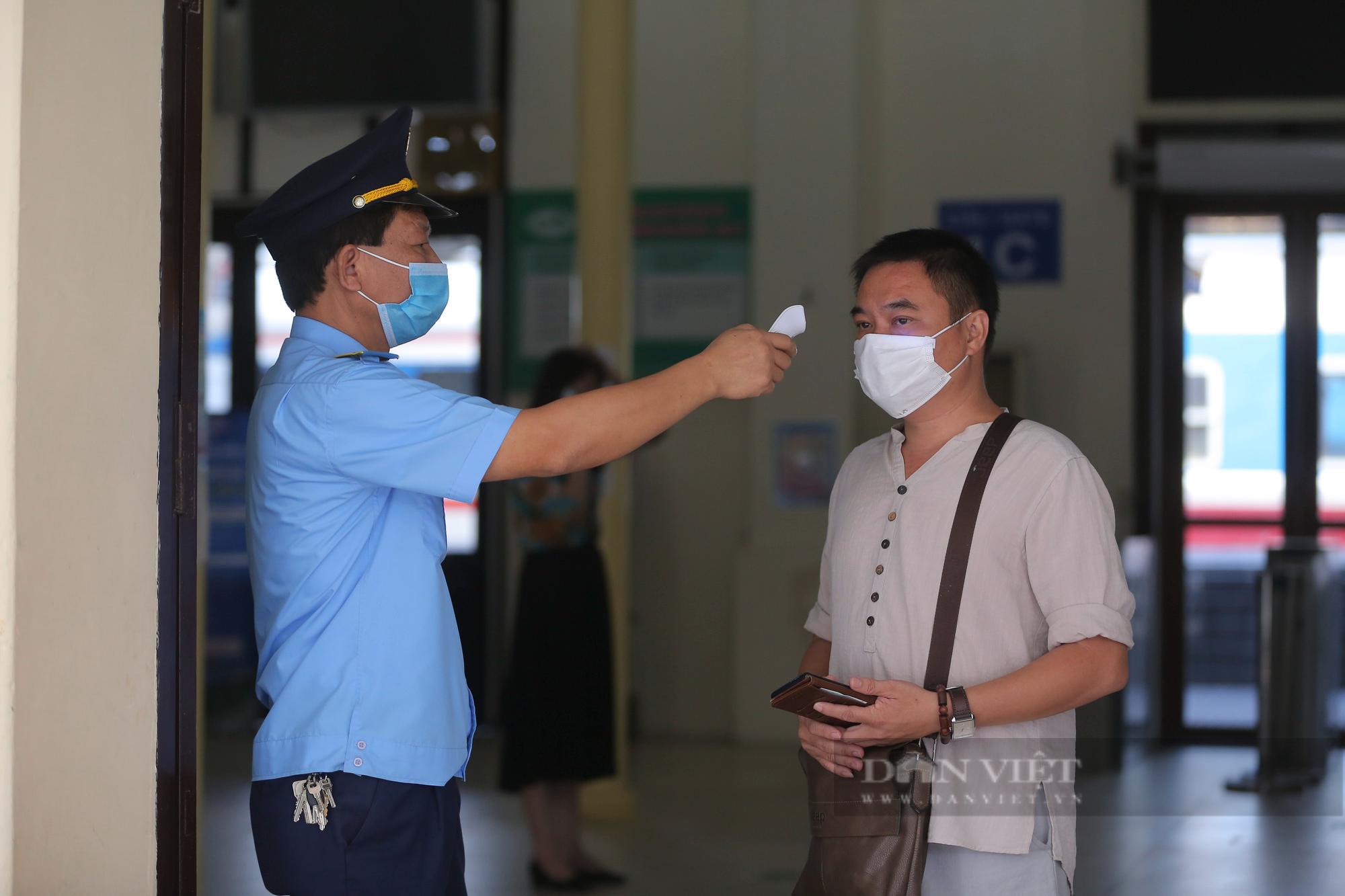 Ga Hà Nội vắng vẻ ngày đầu bán lại vé tàu hỏa - Ảnh 3.
