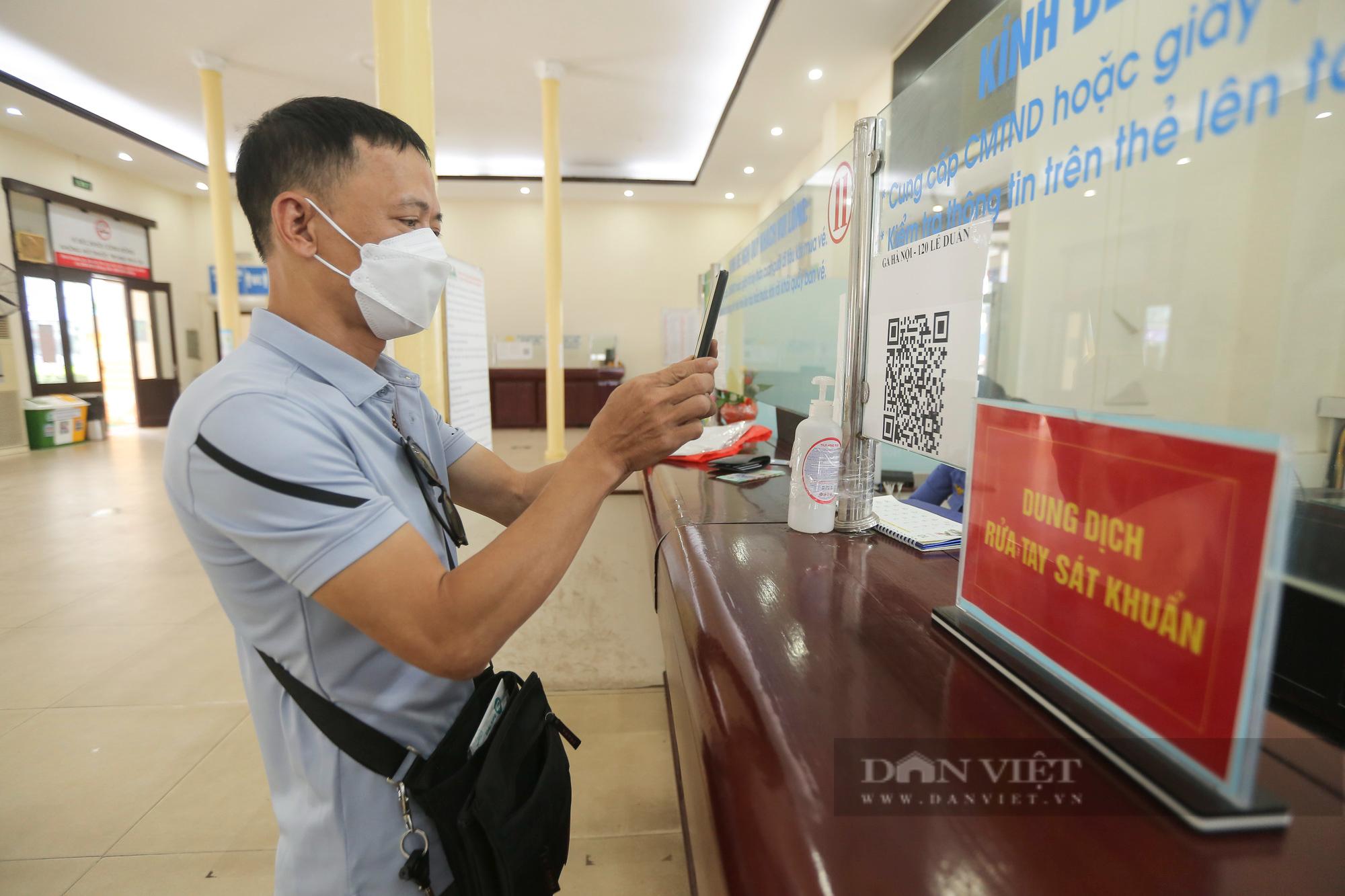 Ga Hà Nội vắng vẻ ngày đầu bán lại vé tàu hỏa - Ảnh 4.