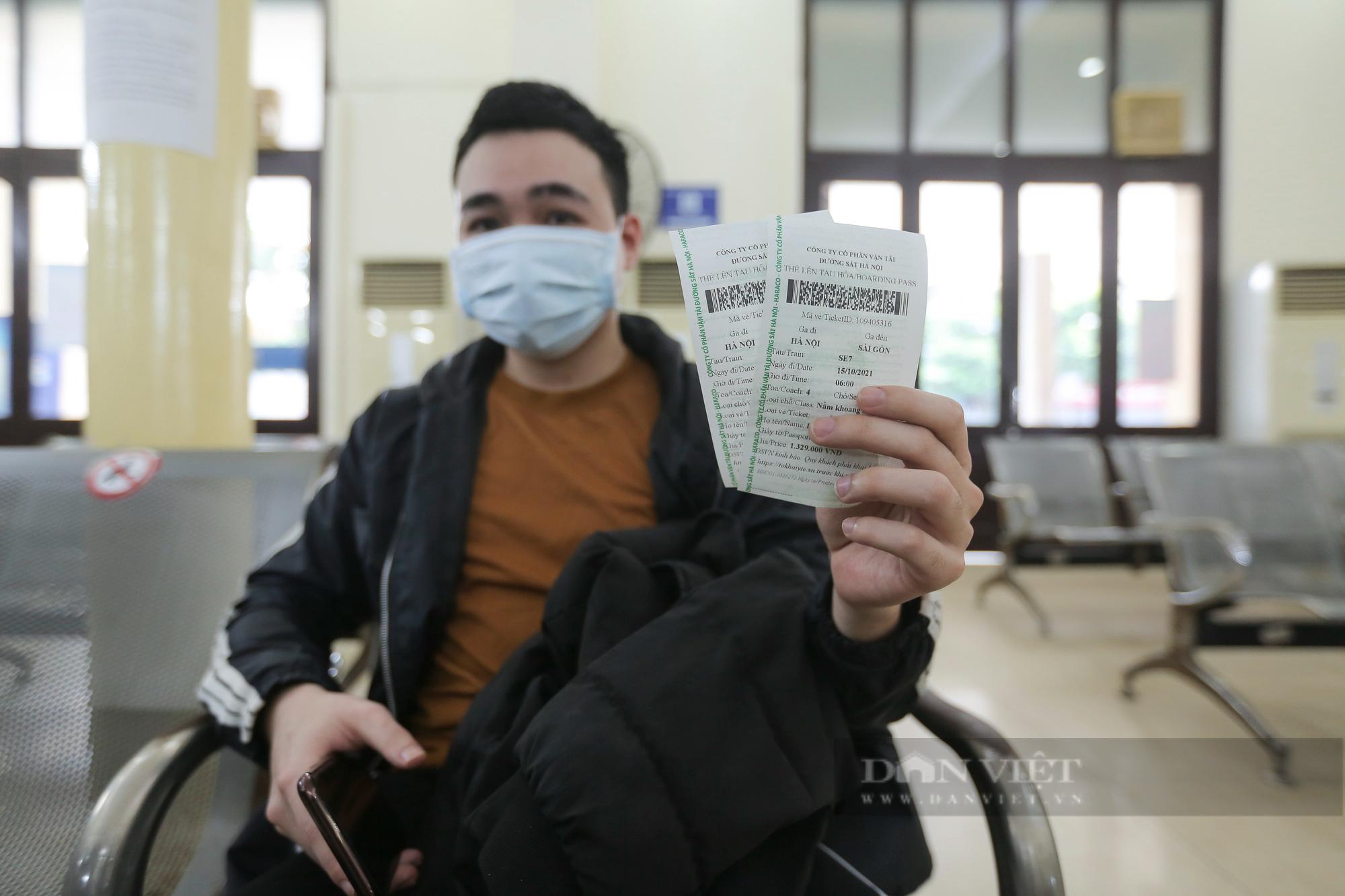 Ga Hà Nội vắng vẻ ngày đầu bán lại vé tàu hỏa - Ảnh 8.