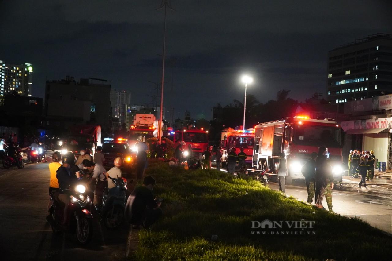 TP.HCM: Cháy lớn trong xưởng Garage ôtô ở quận 7, nhiều xe bị thiêu rụi - Ảnh 1.