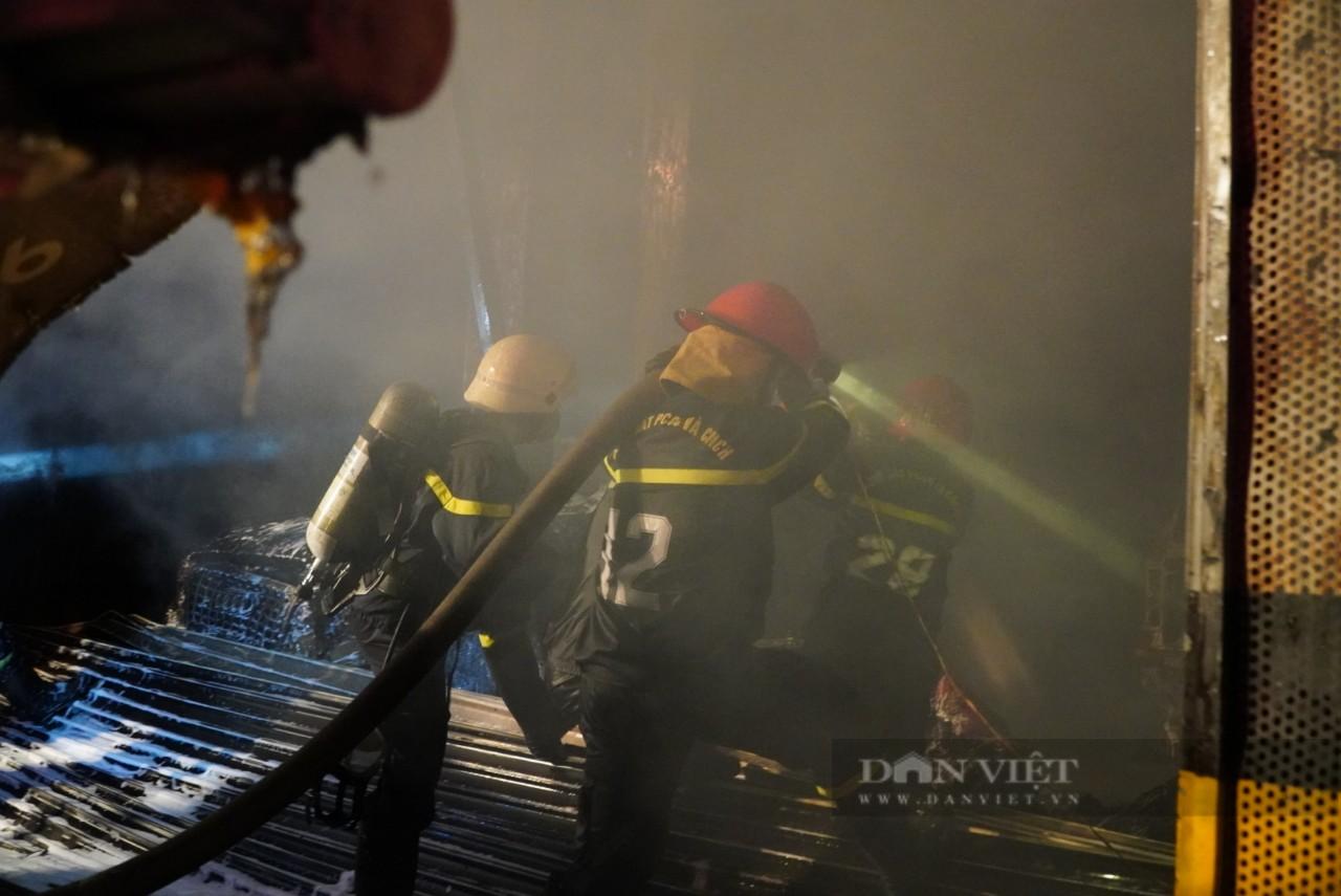 TP.HCM: Cháy lớn trong xưởng Garage ôtô ở quận 7, nhiều xe bị thiêu rụi - Ảnh 2.