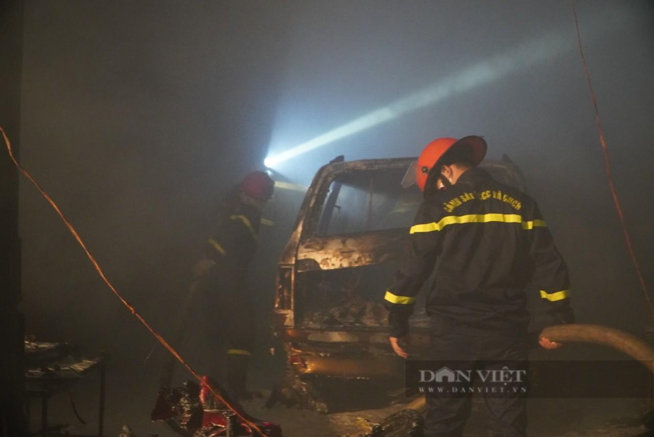 TP.HCM: Cháy lớn trong xưởng Garage ôtô ở quận 7, nhiều xe bị thiêu rụi - Ảnh 3.