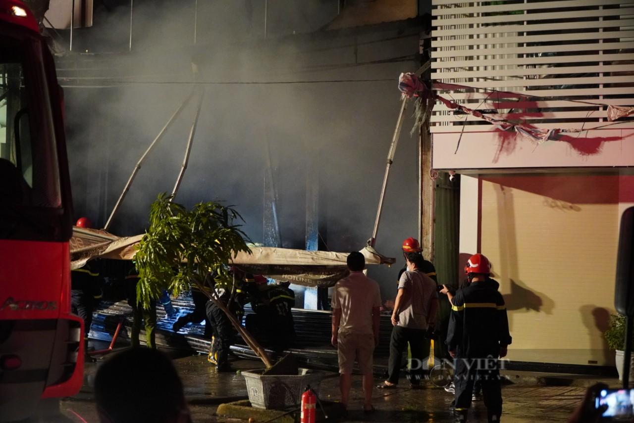 TP.HCM: Cháy lớn trong xưởng Garage ôtô ở quận 7, nhiều xe bị thiêu rụi - Ảnh 5.
