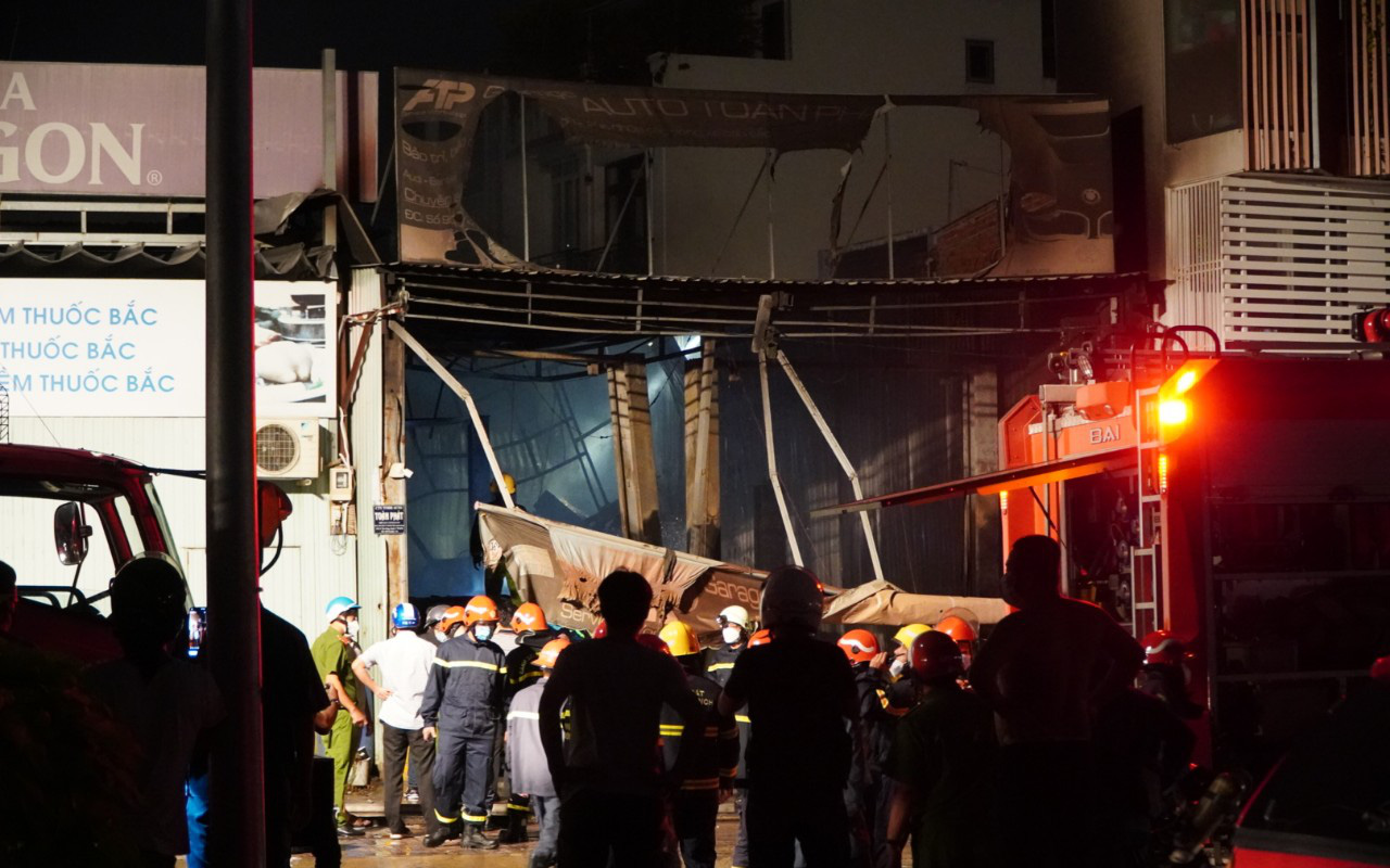 TP.HCM: Cháy lớn trong xưởng garage ôtô ở quận 7, nhiều xe bị thiêu rụi