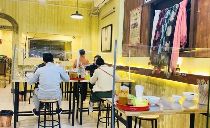 Từ hôm nay (14/10), hàng quán ăn uống Hà Nội được phép phục vụ tại chỗ - Ảnh 1.