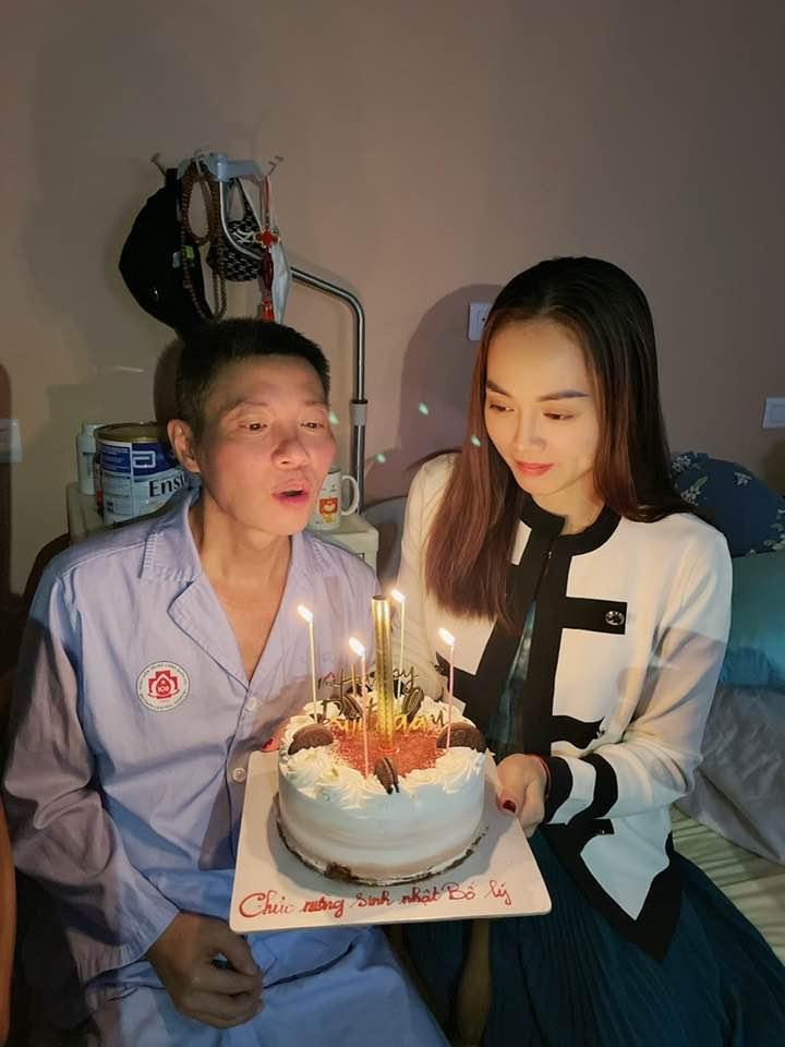 NSND Công Lý ngồi xe lăn, đón sinh nhật trong bệnh viện - Ảnh 1.