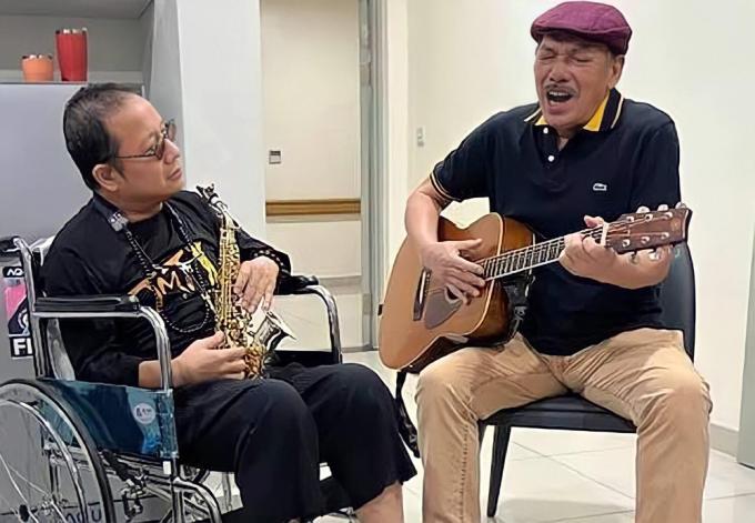 Nghệ sĩ saxophone Trần Mạnh Tuấn cùng nhạc sĩ Trần Tiến song tấu trong bệnh viện - Ảnh 1.