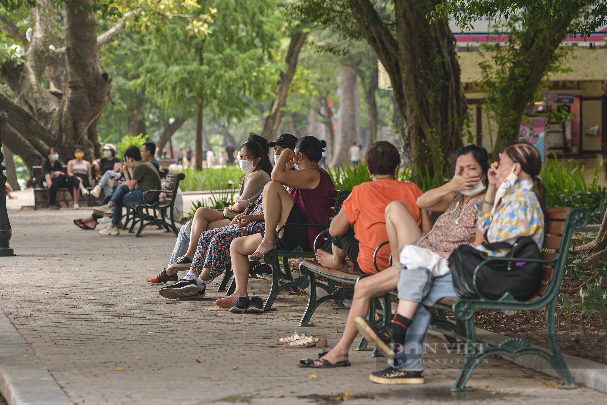 Đông nghịt người đổ về Hồ Gươm đi dạo và xếp hàng mua kem vào cuối tuần sau nới lỏng giãn cách - Ảnh 3.