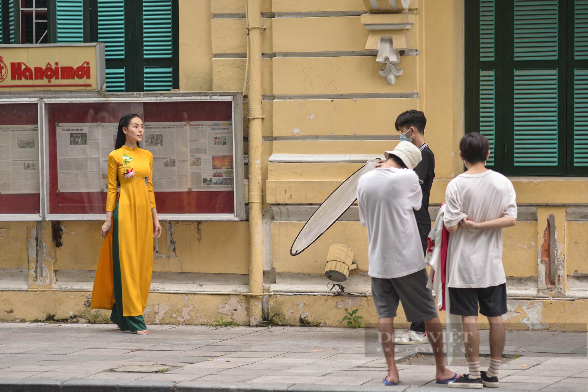 Đông nghịt người đổ về Hồ Gươm đi dạo và xếp hàng mua kem vào cuối tuần sau nới lỏng giãn cách - Ảnh 5.