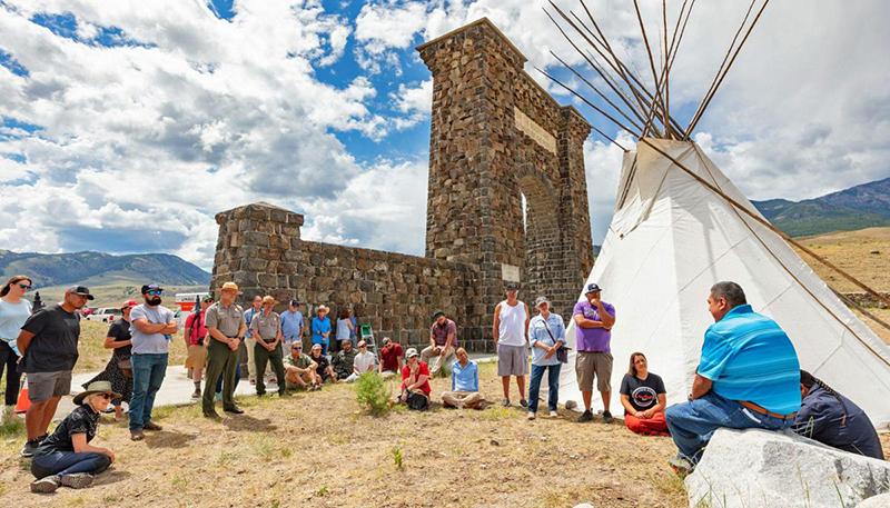 """Mỹ: Bất chấp Covid-19, Vườn Quốc gia Yellowstone vẫn lập kỷ lục đón 1 triệu khách du lịch/tháng """"trái mùa"""" - Ảnh 8."""