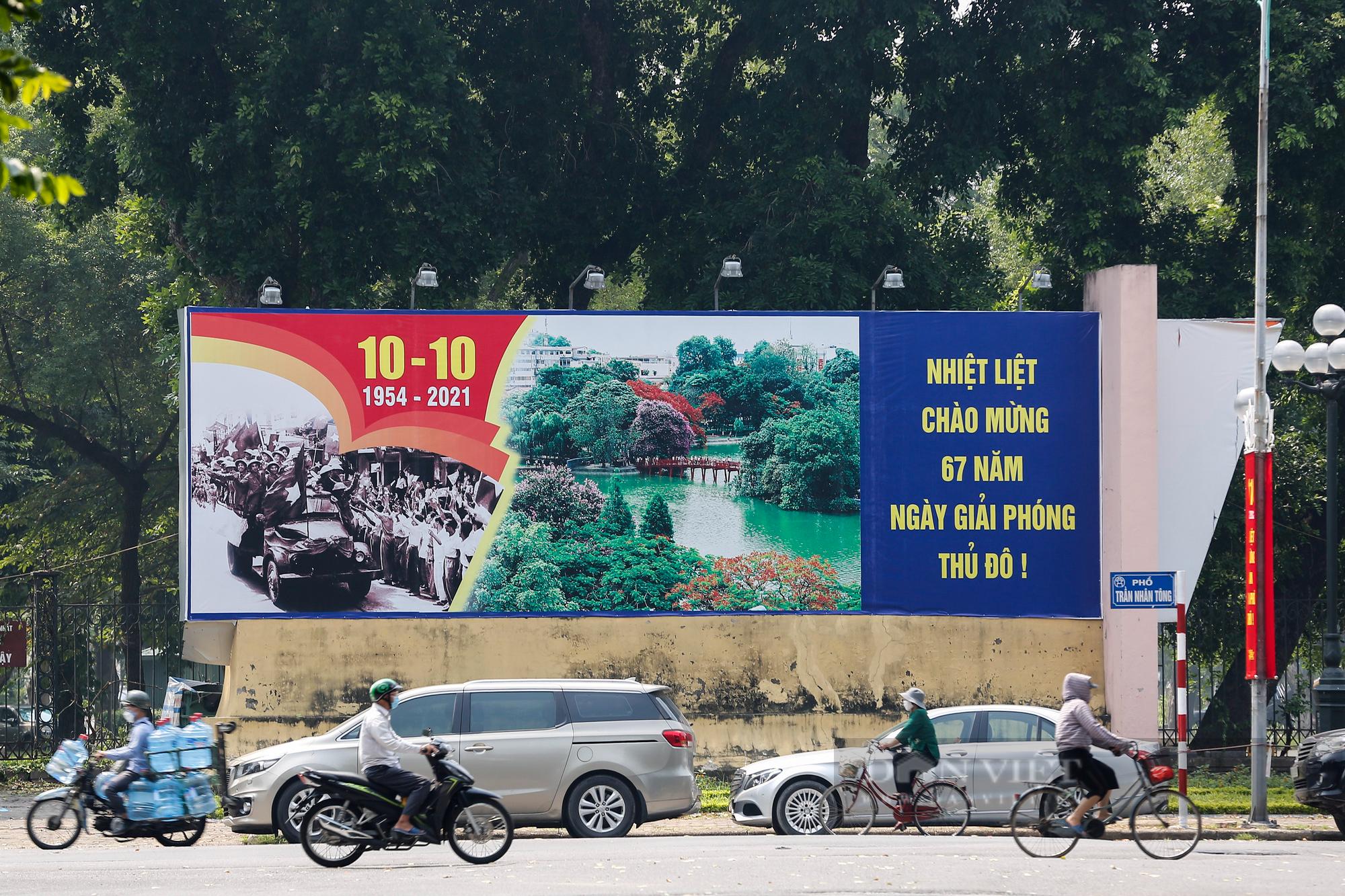Đường phố Hà Nội rực rỡ chào mừng Ngày Giải phóng Thủ đô  - Ảnh 3.