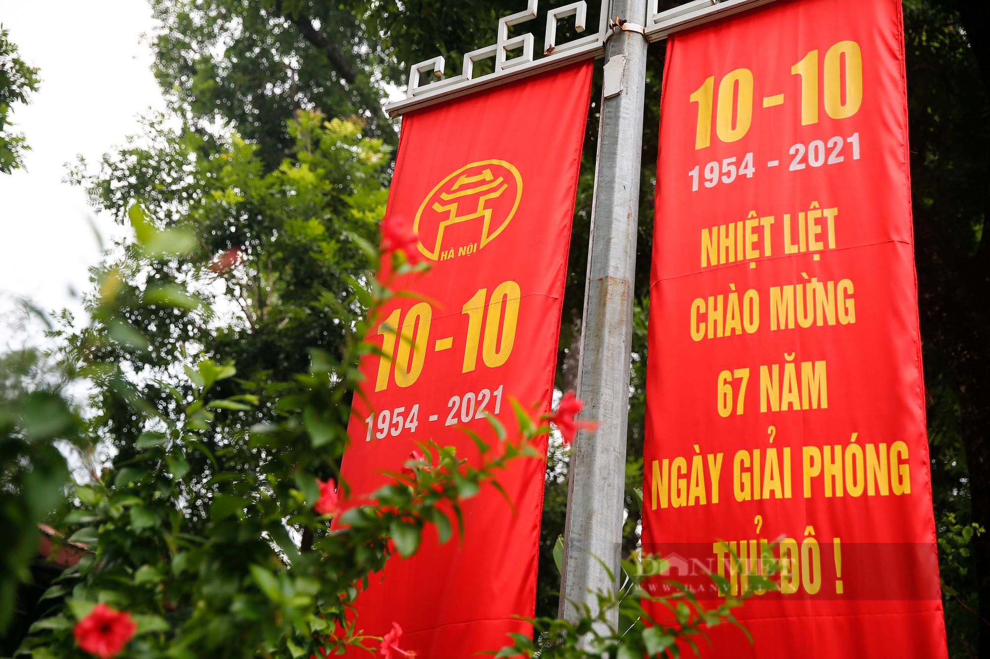 Đường phố Hà Nội rực rỡ chào mừng Ngày Giải phóng Thủ đô  - Ảnh 4.
