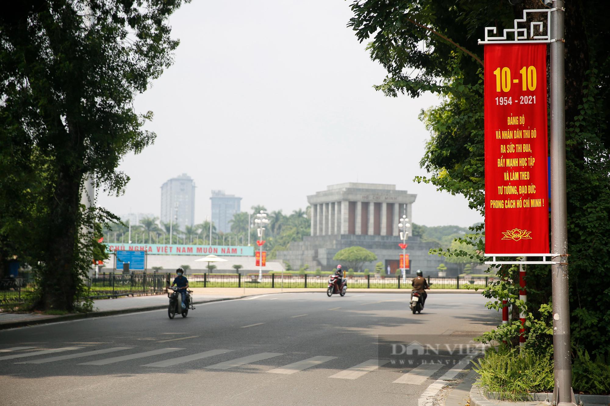 Đường phố Hà Nội rực rỡ chào mừng Ngày Giải phóng Thủ đô  - Ảnh 5.