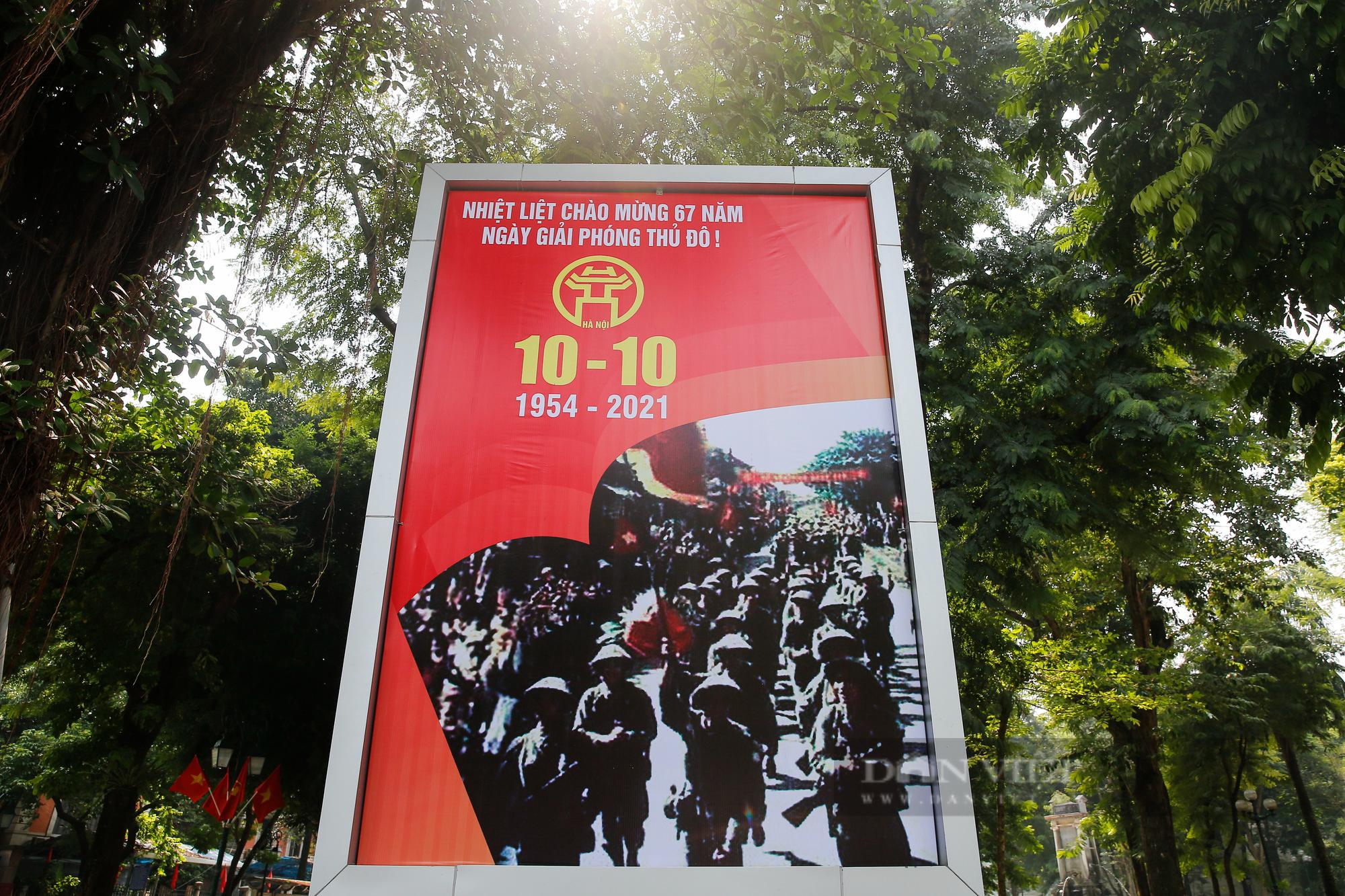 Đường phố Hà Nội rực rỡ chào mừng Ngày Giải phóng Thủ đô  - Ảnh 6.