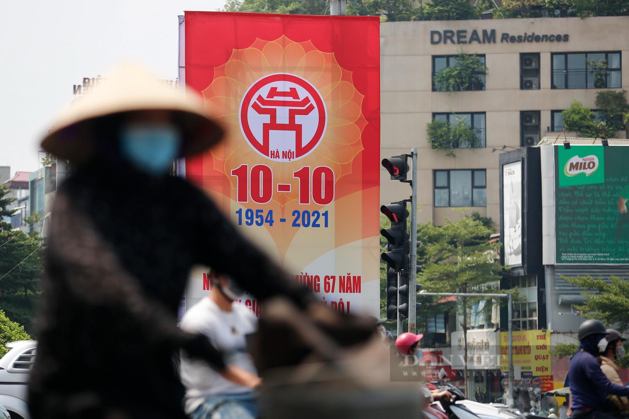 Đường phố Hà Nội rực rỡ chào mừng Ngày Giải phóng Thủ đô  - Ảnh 7.