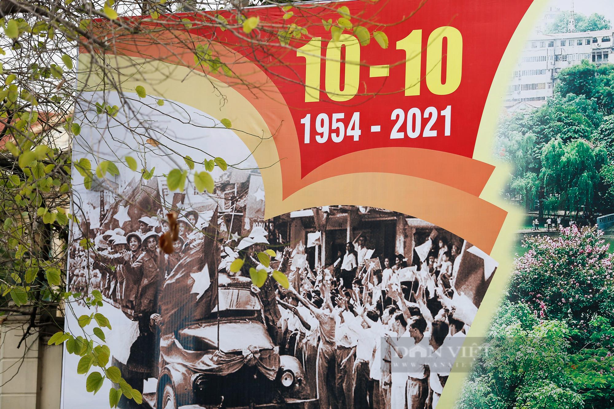 Đường phố Hà Nội rực rỡ chào mừng Ngày Giải phóng Thủ đô  - Ảnh 8.