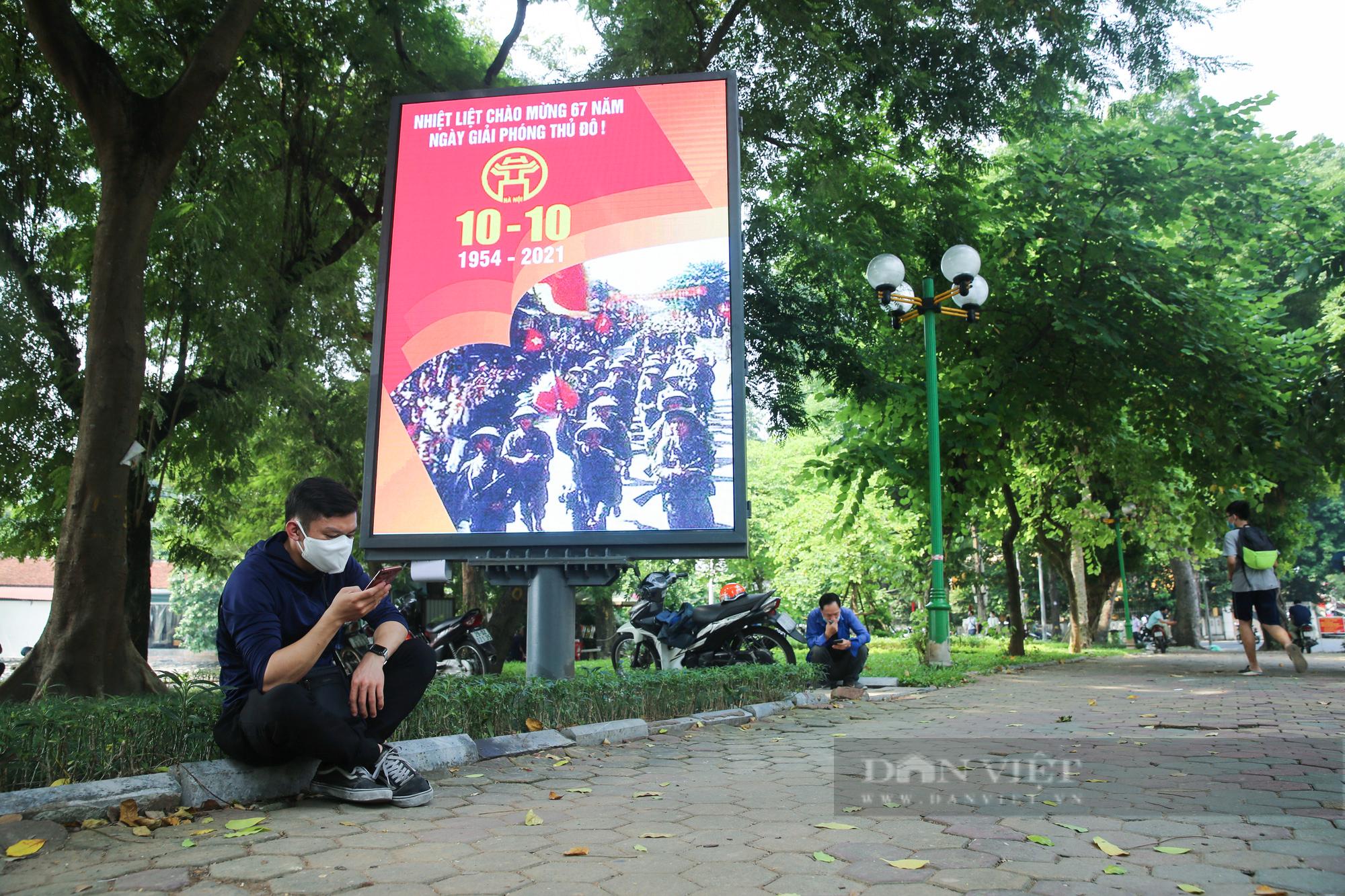 Đường phố Hà Nội rực rỡ chào mừng Ngày Giải phóng Thủ đô  - Ảnh 10.